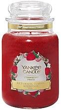 Parfumuri și produse cosmetice Lumânare aromată în borcan - Yankee Candle Strawberry Large Jar
