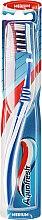 Parfumuri și produse cosmetice Periuță de dinți de o duritate medie, alb cu albastru - Aquafresh Clean Deep Medium