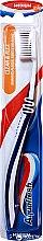Parfumuri și produse cosmetice Periuță de dinți cu perii de duritate medie, albastră - Aquafresh Clean & Flex Medium